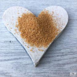 A finomszemű, paprikával színezett füstölt só, kiválóan alkalmas BBQ-jellegű ételek elkészítésére.